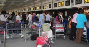 الفرق عندي بين مصر و الإمارات ( مواطن مصري في مطار دبي | من تحب أكثر مصر أم الامارات )