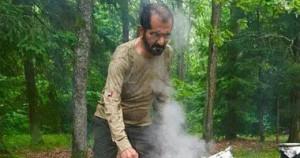 حاكم دبى ينشر صورة أثناء تجهيزه الطعام على النار فى رحلة مع أصدقائه